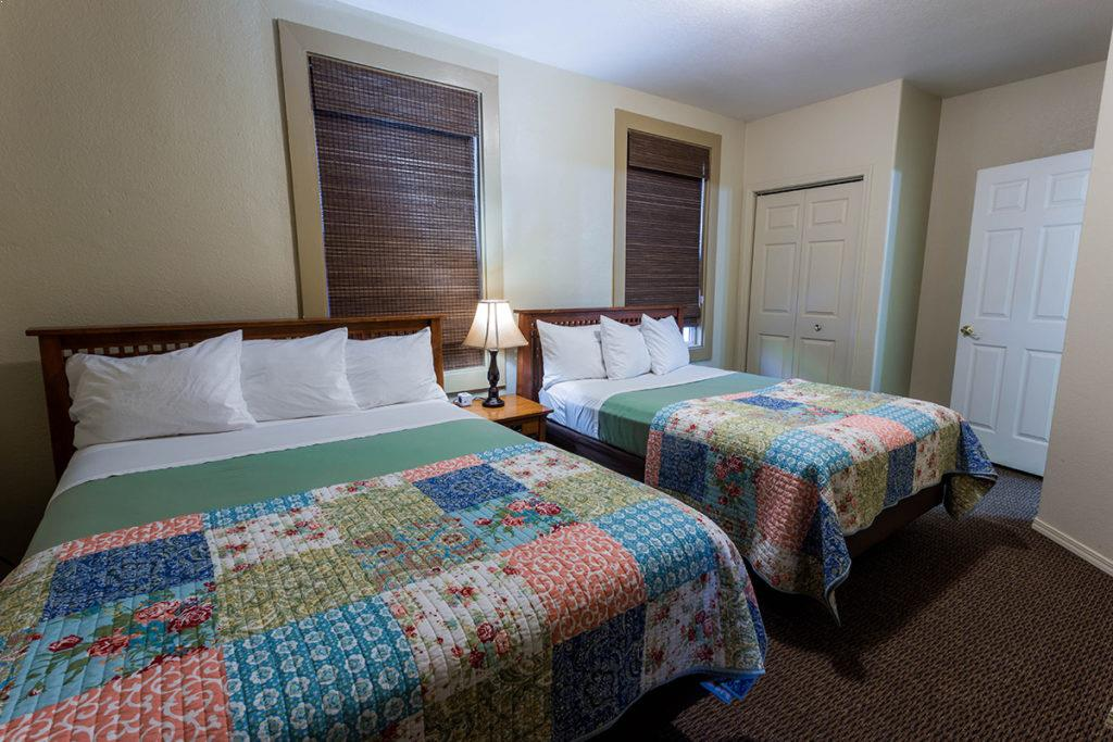 Queen bed | Hotel Cathlamet